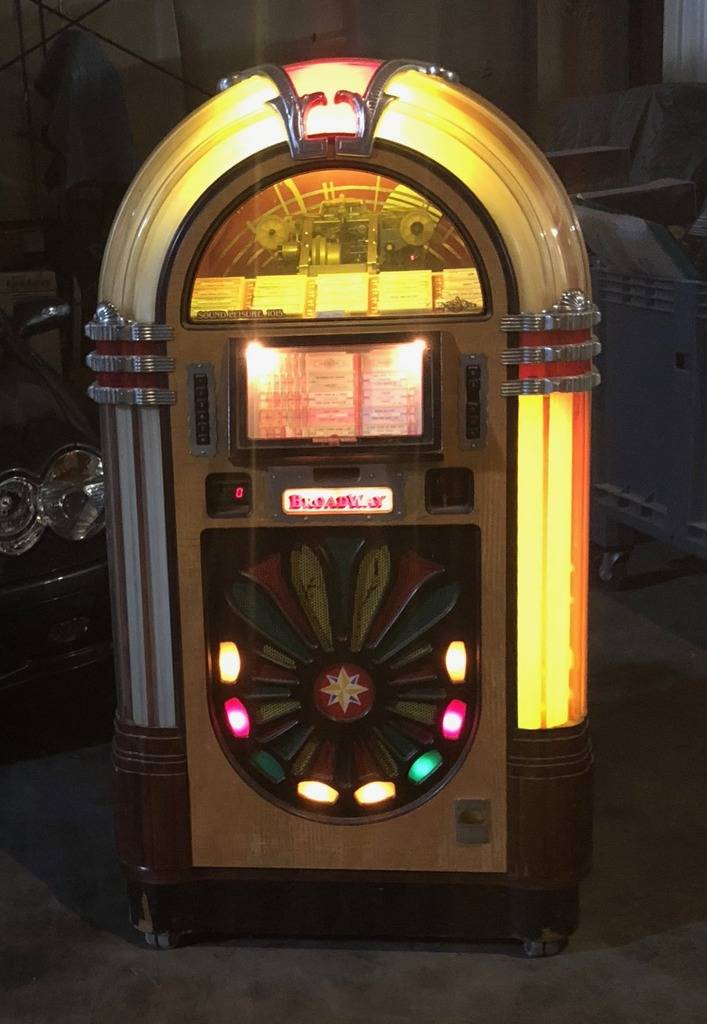 Jukebox Wurlitzer 1015 style, 45 records, full size $400